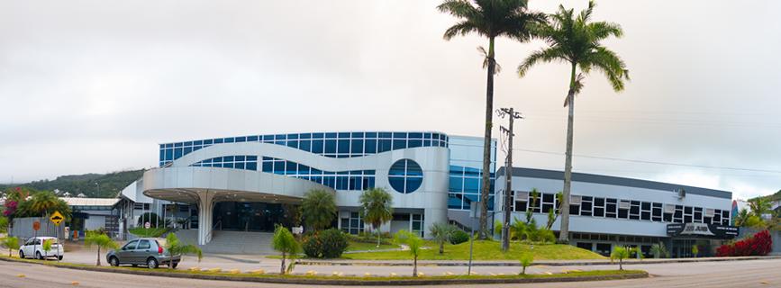 Vista da fachada de acesso ao clube e Salão Jurerê. À direita, prédio da secretaria.